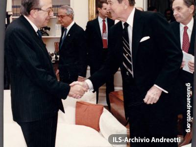 Visita ufficiale del Presidente del Consiglio Andreotti a Wasington. La foto ricordo autografa del Presidente Ronald Reagan