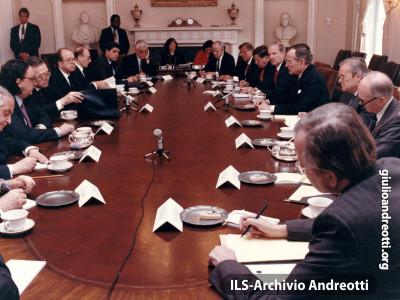 7 marzo 1990. Andreotti guida la delegazione italiana all'incontro alla Casa Bianca con il Presidente Bush