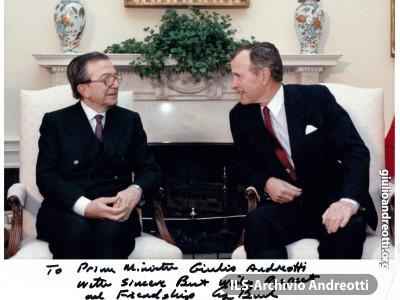 Marzo 1990. Visita ufficiale del Presidente del Consiglio Andreotti a Washington. La foto ricordo autografa del Presidente George Bush