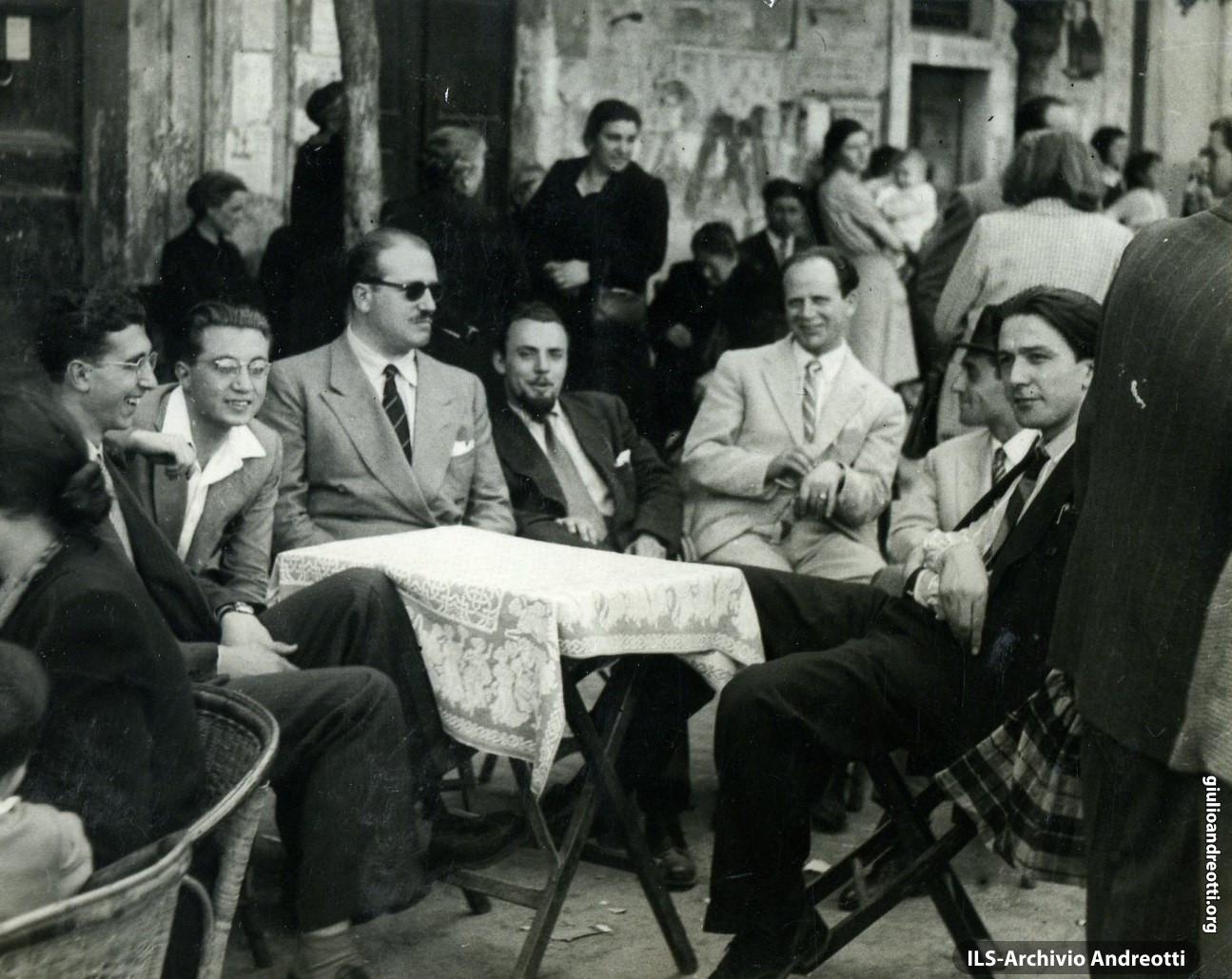 1940. Andreotti con gli amici al caffé a Castel Gandolfo (il secondo da sinisstra è Giorgio Ceccherini).