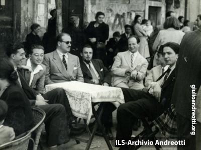 Andreotti con gli amici al caffé a Castel Gandolfo.