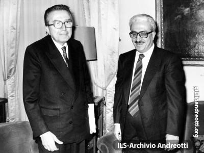 14 dicembre 1987. Il Ministro degli Esteri Andreotti riceve alla Farnesina il collega iracheno Tariq Aziz