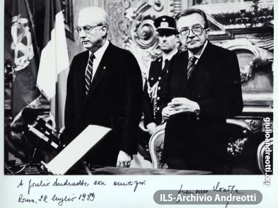 Luglio 1989. Foto con dedica del Presidente della Repubblica Cossiga in ricordo del giuramento del VI Governo Andreotti