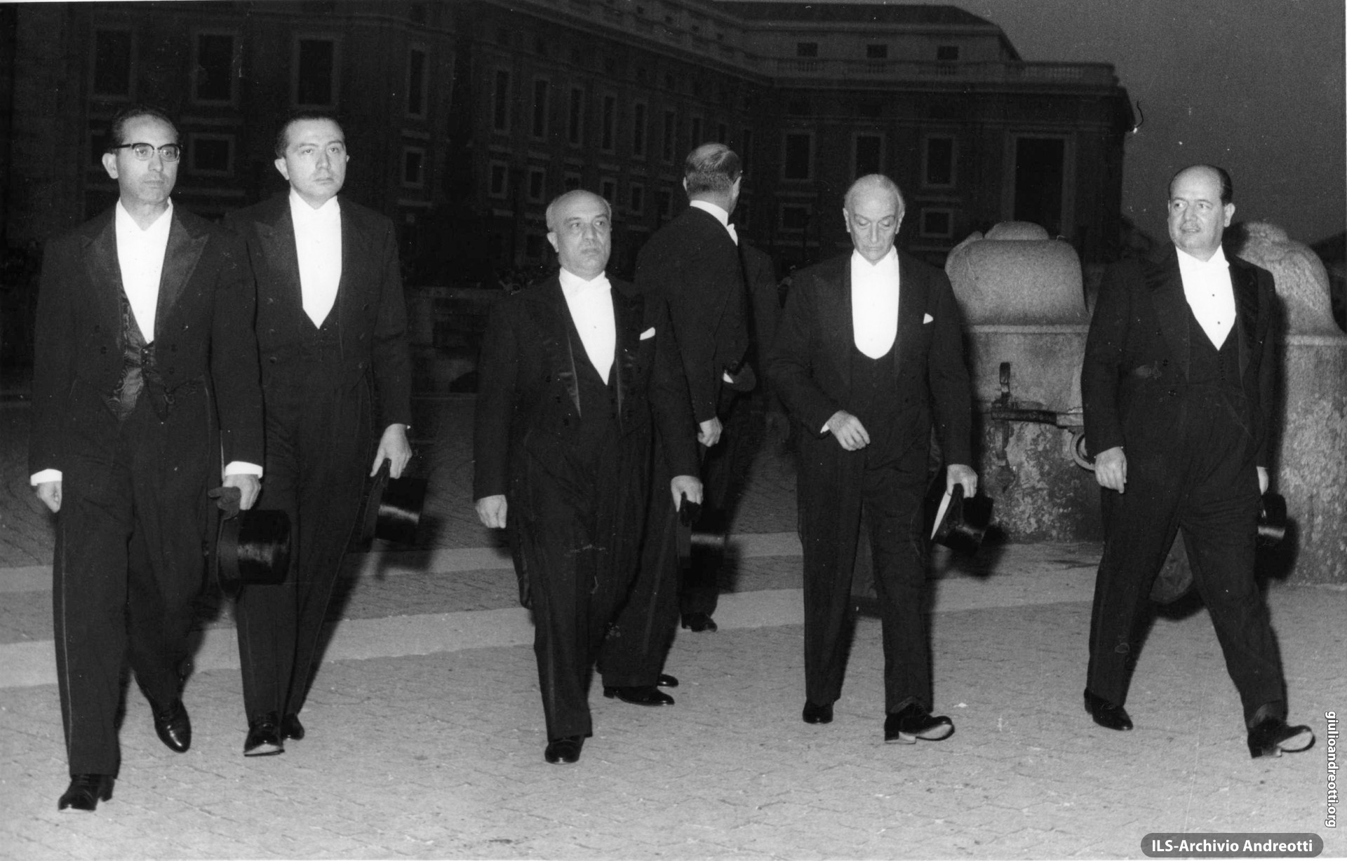 Ottobre 1958. La delegazione del governo italiano ai funerali di Pio XII: Emilio Colombo, Giulio Andreotti, Amintore Fanfani, Antonio Segni e Giuseppe Togni (foto Reporters Associati)
