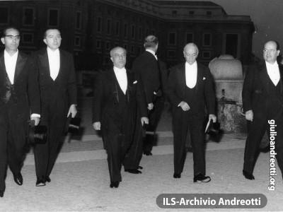 Ottobre 1958. La delegazione del governo italiano ai funerali di Pio XII: Emilio Colombo, Giulio Andreotti, Amintore Fanfani, Antonio Segni e Giuseppe Togni.