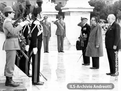 9 maggio 1985. Cerimonia all'Altare della Patria nel Quarantennale del ritorno della pace in Europa. Il Ministro degli Esteri Andreotti insieme con il Ministro della Difesa Spadolini.