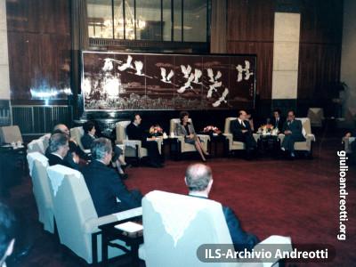 31 ottobre 1986. Visita ufficiale a Pechino. Il Presidente del Consiglio Craxi e il Ministro degli Esteri Andreotti, con le consorti, incontrano il Primo Ministro cinese Zhao Ziyang.