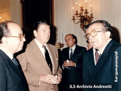 23 giugno 1988. Andreotti insieme con il Presidente del Consiglio De Mita in visita al Presidente americano Reagan alla Casa Bianca.