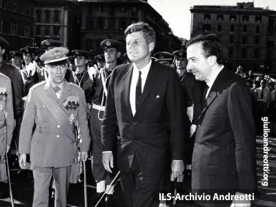 1 luglio 1963. Andreotti, ministro della Difesa, accompagna il presidente americano John Kennedy a piazza Venezia per l'omaggio al Milite Ignoto