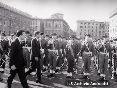 1 luglio 1963. Il presidente americano Kennedy passa in rassegna il picchetto d'onore in piazza Venezia. Al suo fianco il ministro della Difesa Andreotti