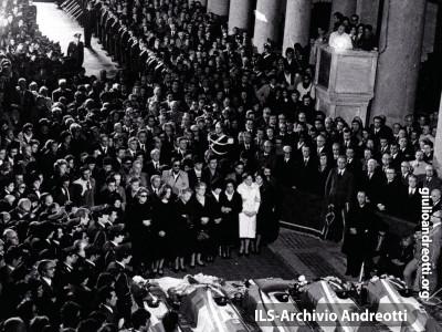 18 marzo 1978. I solenni funerali in San Lorenzo fuori le mura dei cinque agenti di scorta di Moro uccisi in via Fani