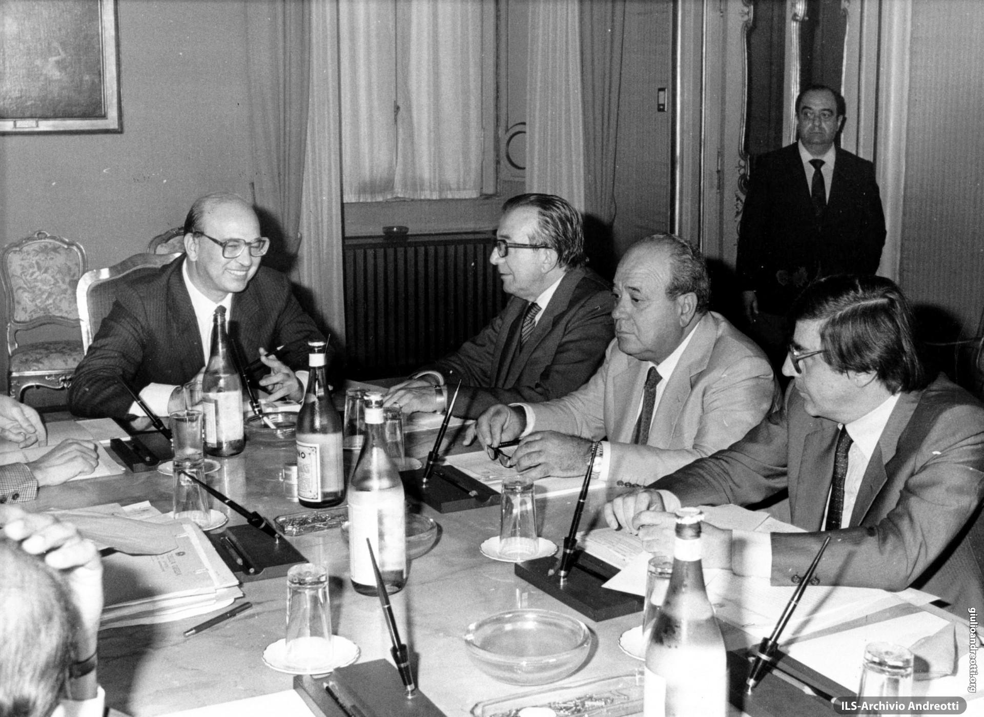 1983. Il Consiglio di gabinetto. Con Craxi, Andreotti, Gaspari e Scotti.