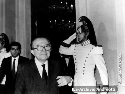 Andreotti in Quirinale dopo il varo del suo VI governo