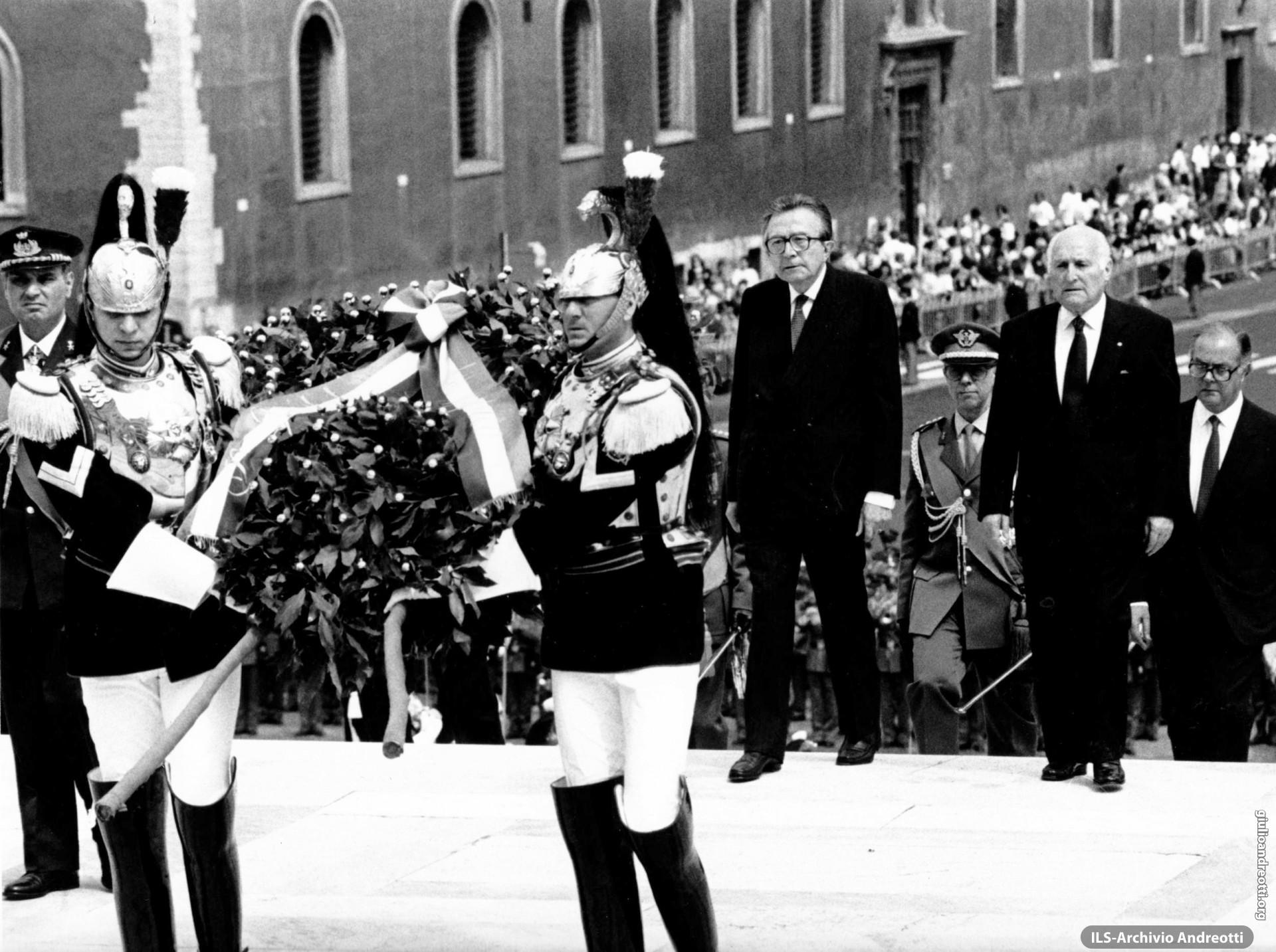 2 giugno 1992. L'omaggio del presidente della Repubblica Scalfaro all'Altare della Patria