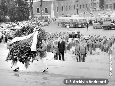Olimpiadi di Roma. L'omaggio degli atleti al Milite Ignoto
