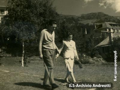 1945. Giulio Andreotti in vacanza con la moglie Livia.