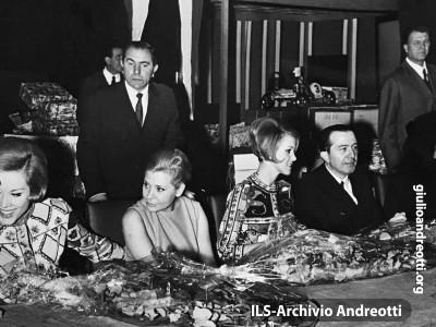24 dicembre 1967. Al Ministero dell'Industria, Befana per i dipendenti. con le gemelle Kessler
