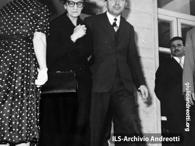 Maggio 1968. Con la madre Rosa all'uscita del seggio elettorale
