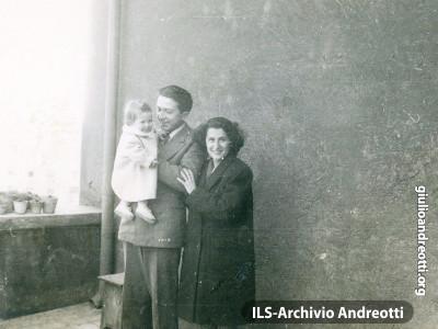 1946. Giulio Andreotti con Livia e la piccola Marilena, la primogenita.