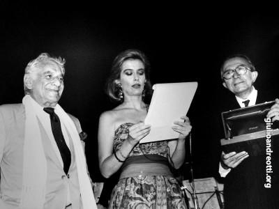 Premio Via Condotti 1989 a Leonard Bernstein Accanto ad Andreotti, la presentatrice della serata, Livia Azzariti