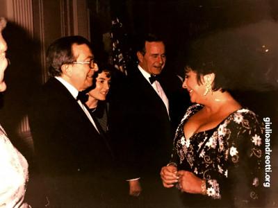 7 marzo 1990. Andreotti con Liz Taylor durante la festa offerta in suo onore alla Casa Bianca dal presidente Bush
