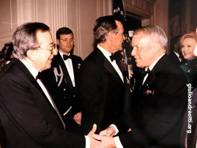 7 marzo 1990. Andreotti con Frank Sinatra durante la festa offerta in suo onore alla Casa Bianca dal presidente Bush