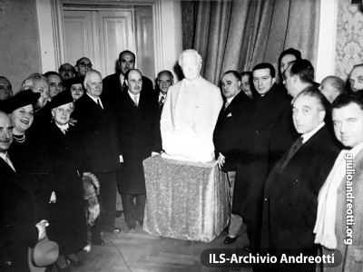 28 dicembre 1948. Inaugurazione del monumento a Pietro Mascagni all'Hotel Plaza di Roma. Presenti Beniamino Gigli e il sindaco Salvatore Rebecchini