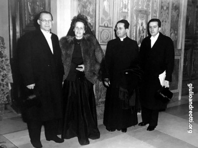 1 novembre 1950. Alcide e Francesca De Gasperi in udienza da Pio XII in occasione della proclamazione del Dogma dell'Assunzione