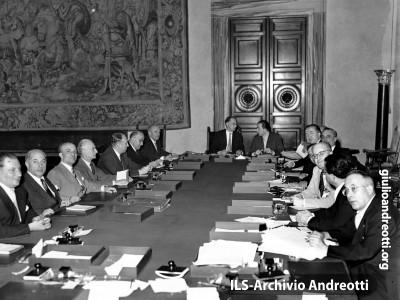 """Luglio 1952. Seduta """"estiva"""" del governo De Gasperi VII a Villa Madama. Da sinistra: Rubinacci, Spataro, Fanfani, Segni, Vanoni, Zoli, Piccioni, De Gasperi, Andreotti, Porzio, Pella, Campilli, Aldisio, Cappa, La Malfa e Malvestiti"""