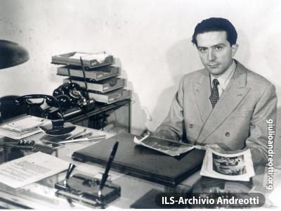 Andreotti alla scrivania del 'Popolo'.