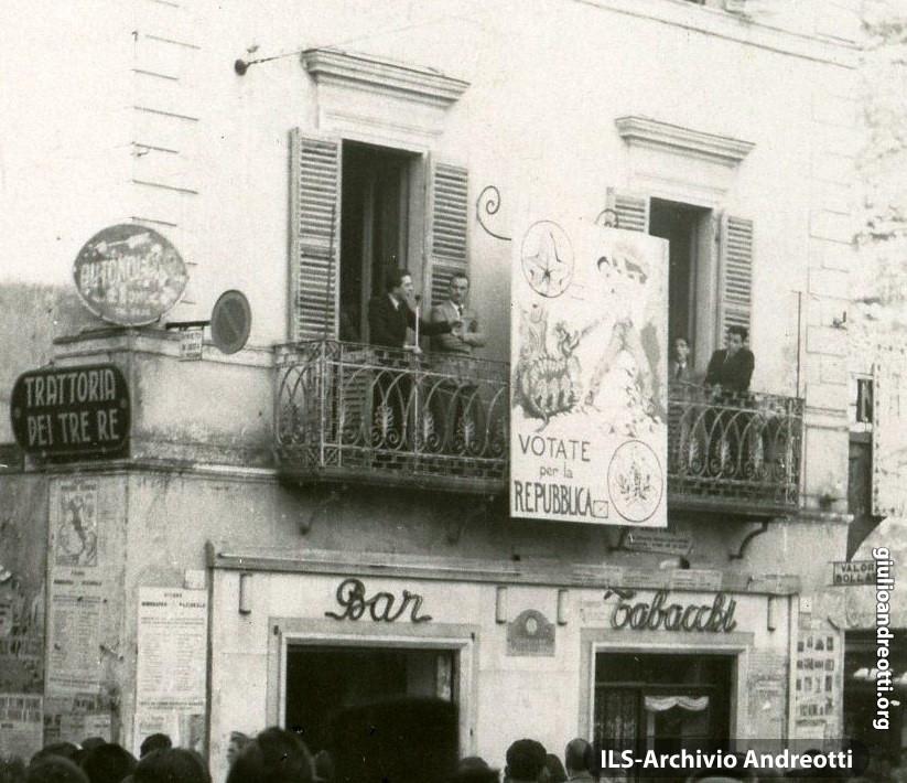 1946. Viterbo, Piazza delle Erbe. Comizio di Giulio Andreotti per il referendum Monarchia-Repubblica.