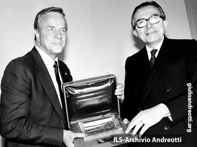 Luglio 1984. La consegna del Premio Via Condotti a Franco Zeffirelli (foto Marcellino Radogna)