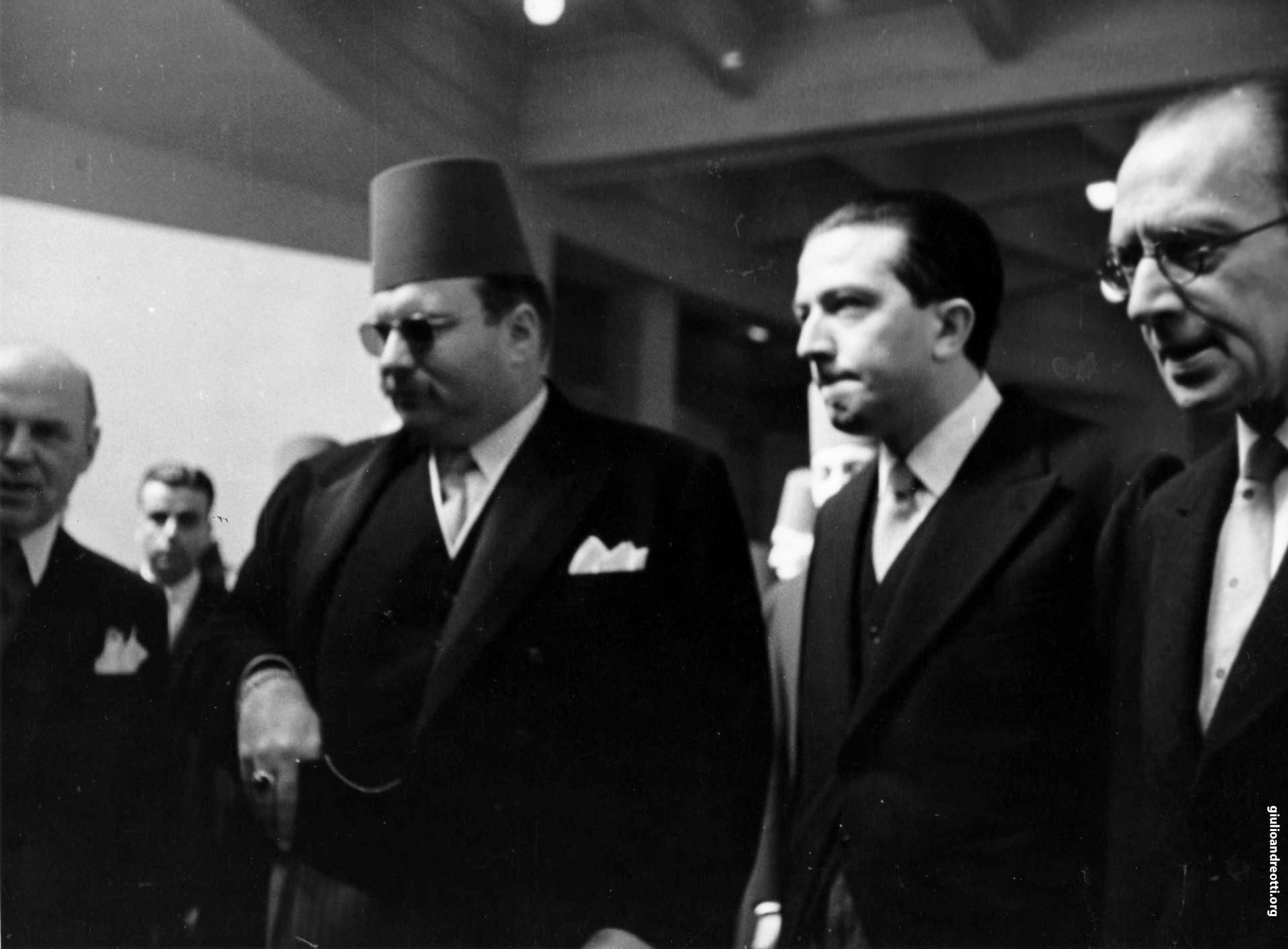 Con il re di Egitto Faruq al Cairo nel 1951 (foto Incom)