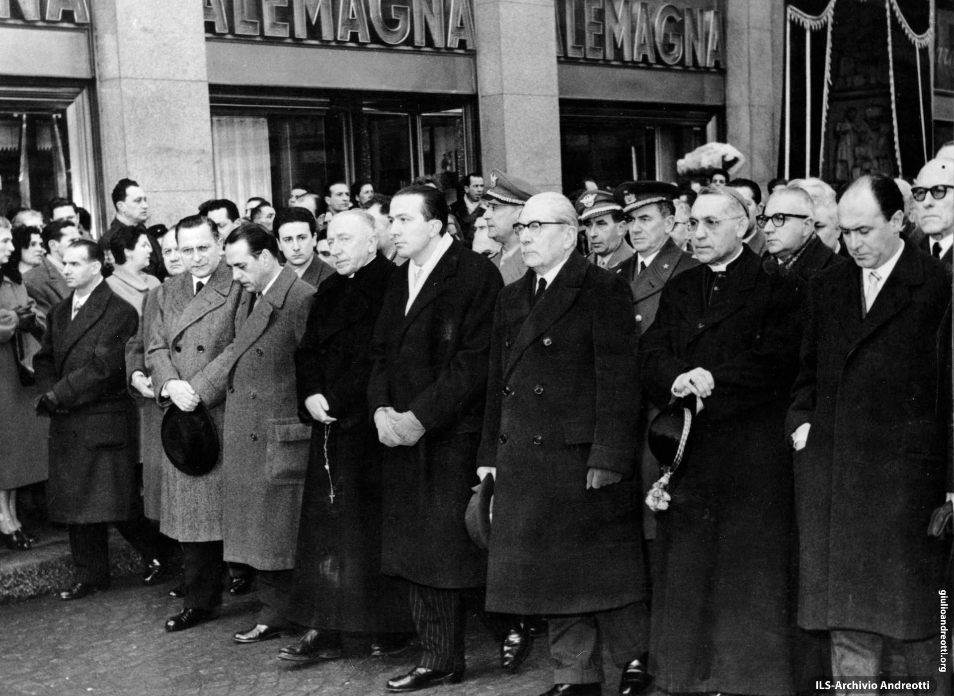Andreotti ai funerali di don Carlo Gnocchi a Milano l'1 marzo 1958