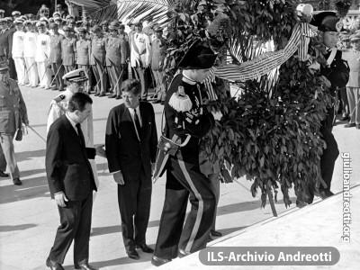 1 luglio 1963. L'omaggio al Milite Ignoto del presidente americano Kennedy, accompagnato dal ministro della Difesa Andreotti