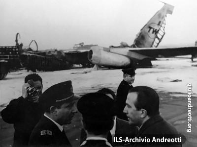 23 novembre 1964. Sopralluogo del ministro della Difesa Andreotti all'aeroporto di Fiumicino sul  luogo dell'incidente nel quale un  boeing della TWA è esploso durante il decollo