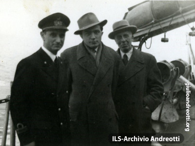 1946. Andreotti verso Ponza.