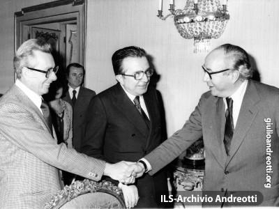 3 novembre 1977. Con Roy Jenkins, presidente della Commissione europea, e Arnaldo Forlani, ministro degli Esteri