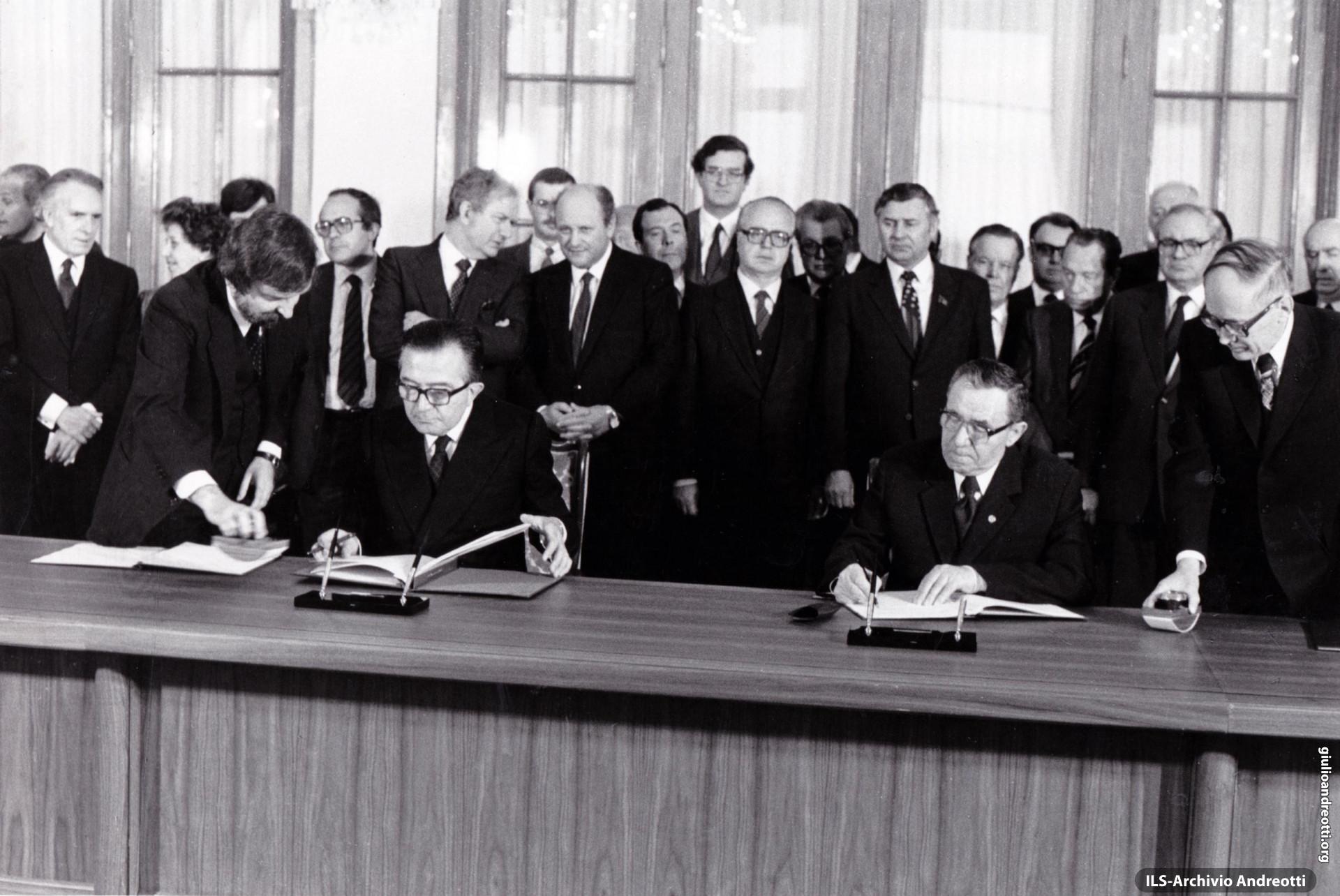 Mosca, 30 giugno 1979. Firma con il ministro degli Esteri sovietico, Gromyko, del trattato di cooperazione reciproca fra Mosca e Roma