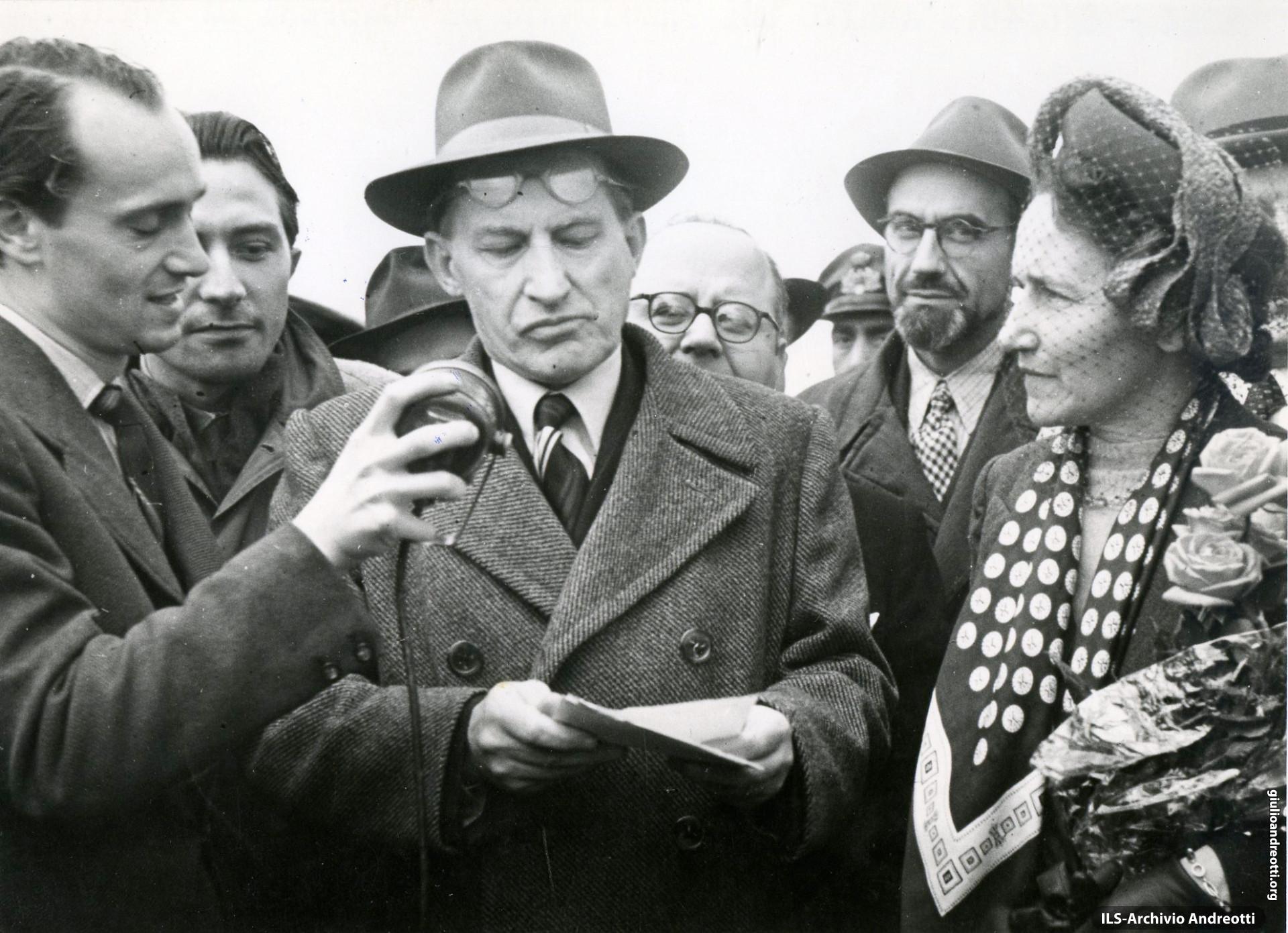 Maggio 1946. Andreotti accanto a De Gasperi mentre il Presidente parla alla radio dopo la partenza del re Umberto II.