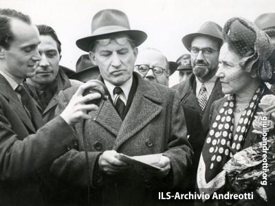 Maggio 1946. Andreotti accanto a De Gasperi.