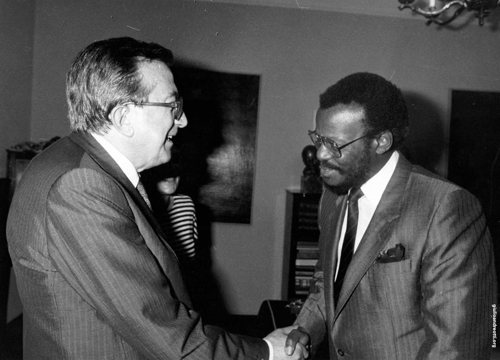 Roma, 29 settembre 1986. Incontro con il leader del popolo zulu Mangosuthu Buthelezi (foto Ansa)