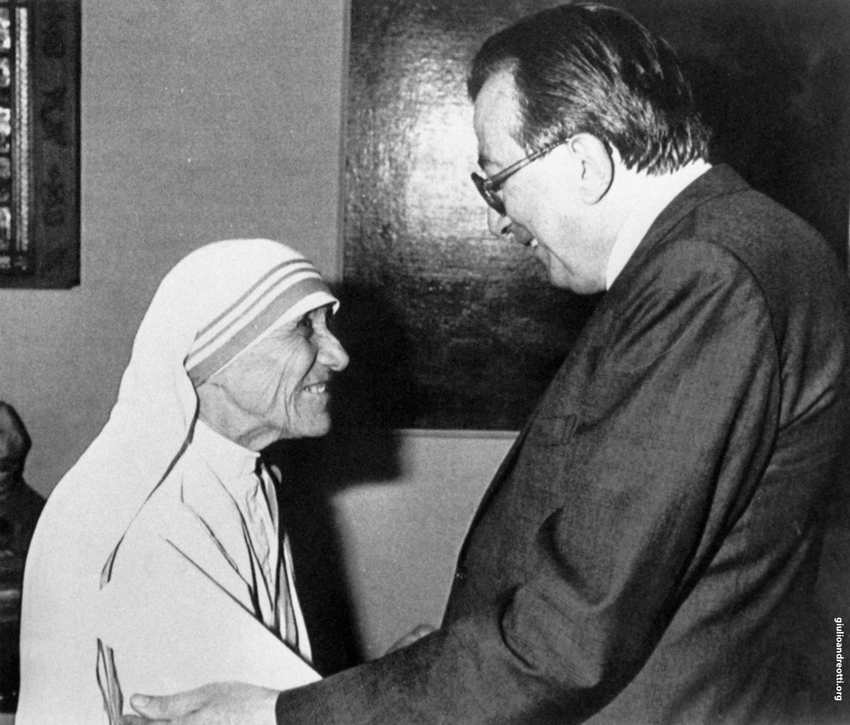 1986. L'abbraccio con Madre Teresa di Calcutta (foto Ansa)