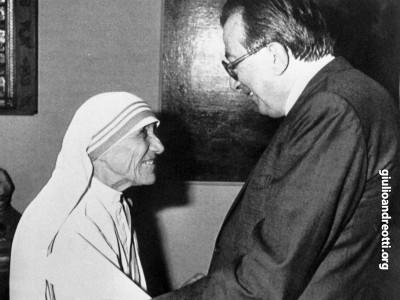 1986. L'abbraccio con Madre Teresa di Calcutta