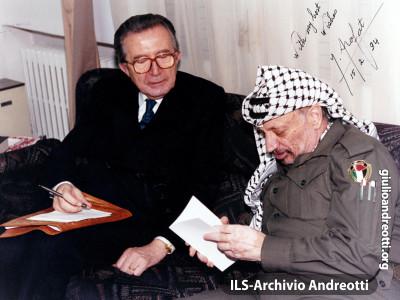 """Giulio Andreotti, come direttore della rivista """"30 giorni"""", intervista Yasser Arafat nel 1995"""