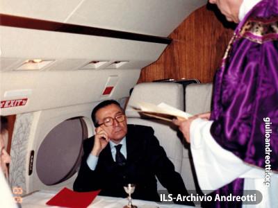 Messa celebrata dal card. Fiorenzo Angelini durante un volo per la Cina nel novembre 2000