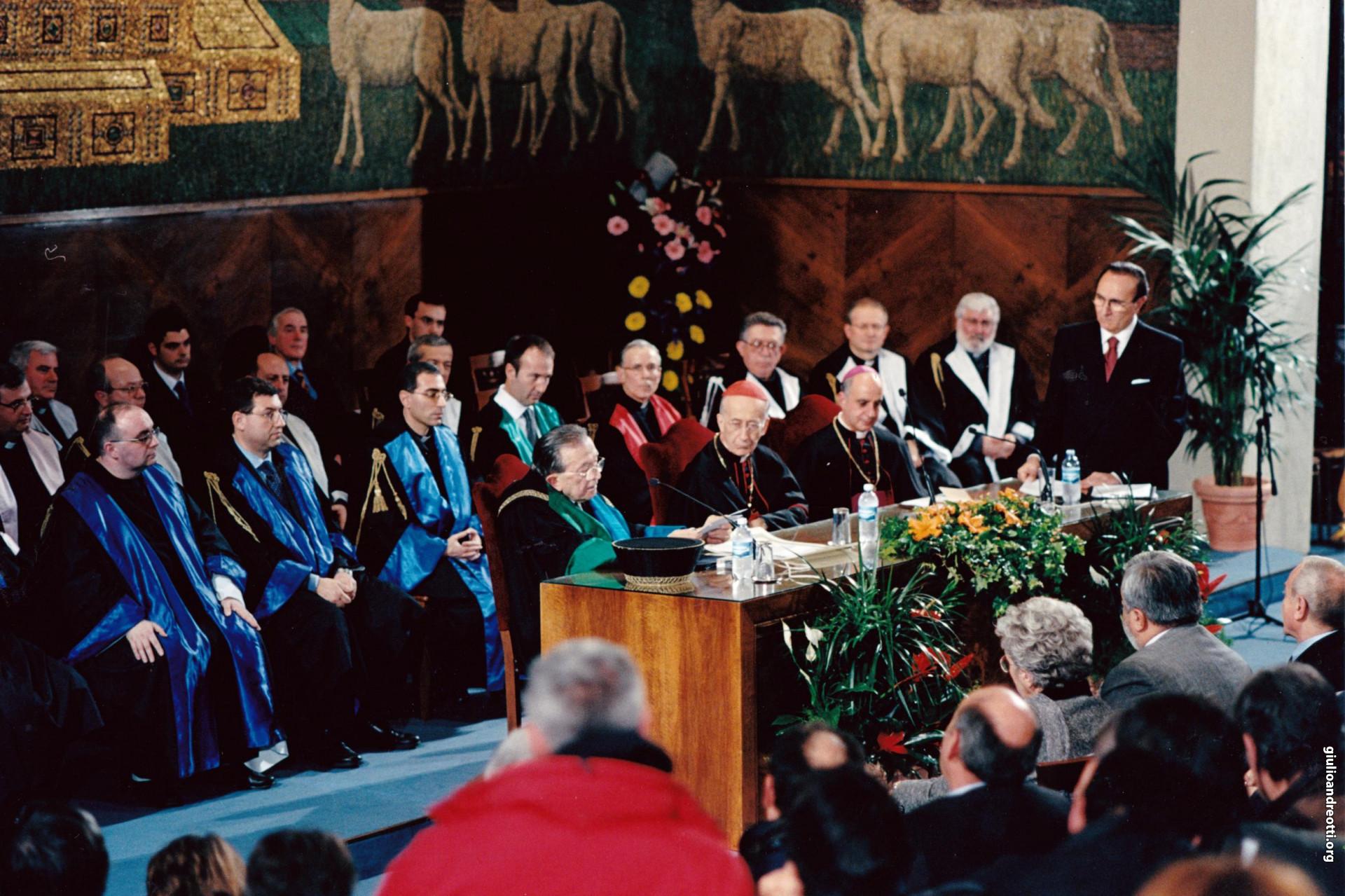 14 gennaio 2004. Laurea ad honorem dell'Università Lateranense (foto Osservatore Romano)