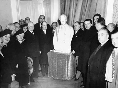 Giulio Andreotti durante il viaggio in Egitto nel febbraio 1951. Con lui, Nicola De Pirro, direttore generale dello Spettacolo