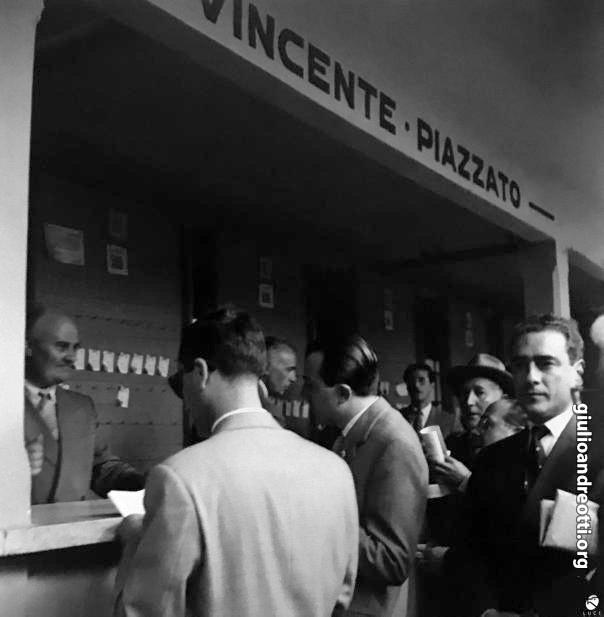 Andreotti al botteghino delle puntate dell'ippodromo della Capannelle (foto Archivio Storico Luce)
