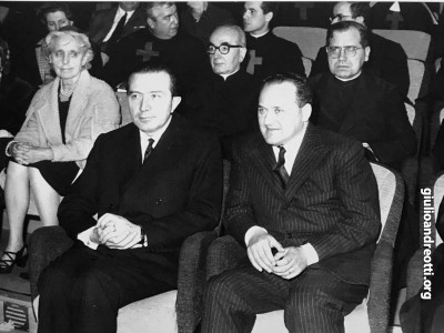 Andreotti accanto al direttore generale della Rai, Ettore Bernabei, durante una trasmissione di Sorella Radio